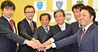 キャンプ事業の成功をアピールする下地良FC琉球社長(右端)ら関係者=県庁