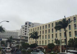 台風13号が接近し、風が強くなりつつある那覇市内=6日午後3時半ごろ