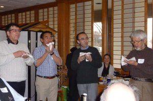 笑い声が飛び交ったわさび入りマフィン食い競争を楽しむ参加者