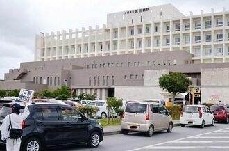 PCR検査を受けるために並ぶ車の列=27日、宮古島市・県立宮古病院(画像は加工しています)