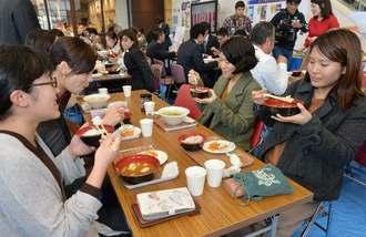 ランチタイムに多くの来場者でにぎわうでいご食堂=31日、那覇市久茂地・タイムスビル1階エントランス