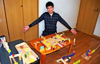 ピタゴラ装置「紙ビリビリ」を約6時間かけて制作した棚原涼太さん=11日、那覇市小禄の自宅