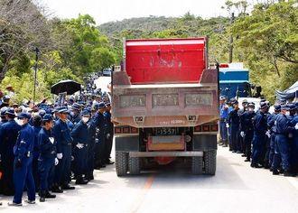後部のダンプ表示番号がなく、バンパーの長さも足りない車両を機動隊が警備している=9月21日、東村高江