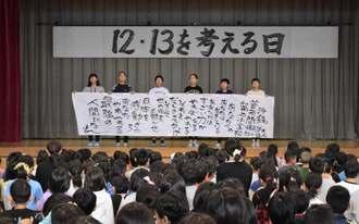 集会の最後に、詩人の須永博士さんが学校に送った詩を全体で群読した=13日、宜野湾市・普天間第二小学校