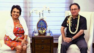 30日、米領グアムで面会した沖縄県の玉城デニー知事(右)とグアムのレオンゲレロ知事
