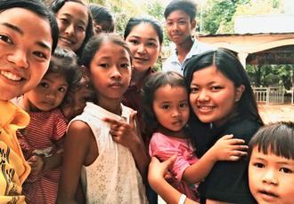 カンボジアの子どもたちと宮城七珠さん(右から2人目)=2017年8月、カンボジア