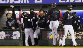 4回、藤岡の適時二塁打で生還した安田(5)を迎えるロッテナイン=楽天生命パーク