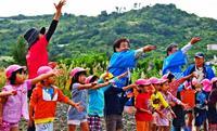 福島との絆咲け、ヒマワリ種まき 北中城村の園児ら