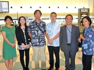 国連で報告するためスイス・ジュネーブへ出発する沖縄平和運動センターの山城博治議長(右から2人目)ら=14日、那覇空港