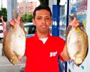 嘉手納海岸で39センチ、1.23キロのカーエーを釣った古川篤さん=12日