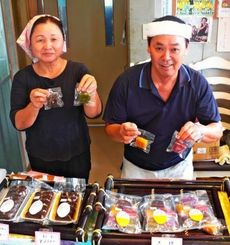 田中喜子さん(左)と夫光昭さんのなんとぅは一口サイズもある=市汀間「春おばーのなんとう」