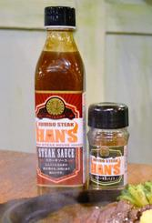 ハンズグループが発売したオリジナルステーキソース(左)とオリジナルステーキスパイス