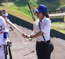 【試合が終わり、選手と談笑する大学野球のマネジャー。大会には基本的にスーツで参加。選手と密にコミュニケーションを取ることも大事な仕事だ】