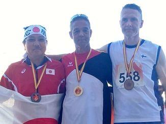 仲里則男さん(左)たちボールスローのメダル獲得者=6月30日、スペイン・マラガ(提供)