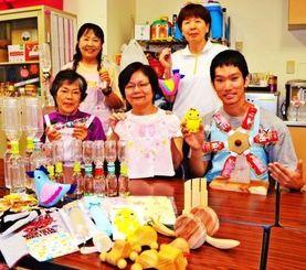 入院・通院する病児家族の要望を聞きながら、手作りのおもちゃや洋服を制作するボランティアグループ「ちくちくクラブ」=20日、南風原町・県立南部医療センター・こども医療センター