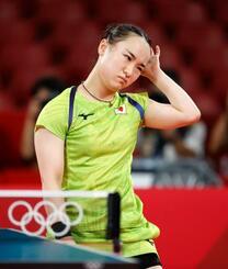 女子シングルス準決勝 ポイントを奪われ、渋い表情の伊藤美誠=東京体育館