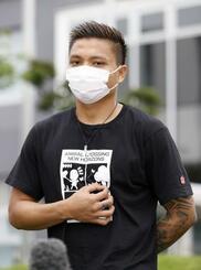 難民認定を申請し、記者の質問に答えるミャンマーのピエ・リヤン・アウン選手=22日午後、大阪市