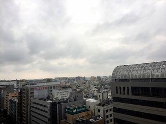 沖縄地方は、湿った空気の影響で曇っています