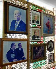 波之上写真館創業者の大城勝一さんが撮影した元沖縄県知事の西銘順治氏(左上)や、沖縄社会大衆党委員長などを歴任した安里積千代氏と妻(左下)の写真などが並ぶ