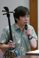 「島唄」のメロディーと歌詞に込めた意味合いを解説する宮沢和史=那覇市・県立芸術大学
