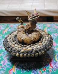 貝で作った生き物。名前はないが、回転台の上で5分間回り続けるのが特徴。