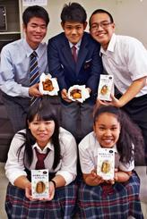 特産のジャガイモを使ったパンと菓子の商品開発に携わった北大東中学校70期生=19日、県庁