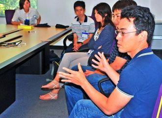 米ヤフーで働く日本人から話を聞く琉球フロッグスのメンバーら=17日、ヤフー本社