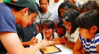 子どもたちと将棋を指す東出昌大さん(左)