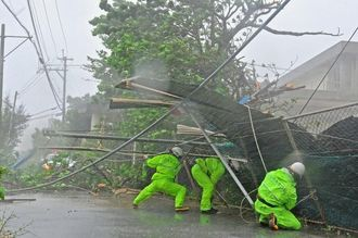 一般ニュース組写真部門優秀賞を受賞した「台風8号 沖縄本島直撃」(5枚組)の1枚(国吉聡志撮影)