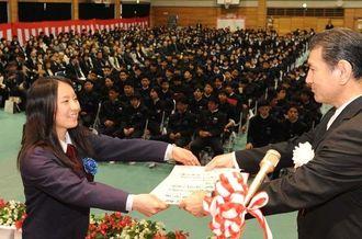 卒業証書を笑顔で受け取る生徒=1日午前10時40分ごろ、宜野湾市・中部商業高校