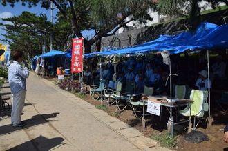 辺野古新基地建設に反対し、米軍キャンプ・シュワブのゲート前で開かれている集会=8日午前、名護市辺野古
