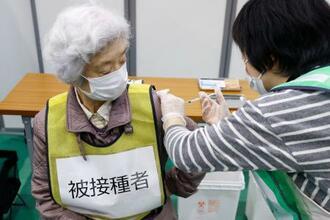 新型コロナウイルス感染症ワクチンの集団接種の初訓練=27日午後、川崎市立看護短大の体育館