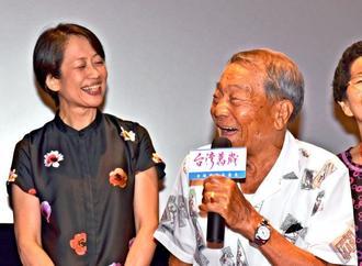 「台湾万歳」の上映会であいさつする張旺仔さん(右)。左は酒井充子監督=6月30日、台湾・台東市