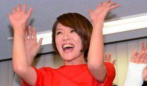 比例代表で当選を決め、万歳する自民党の今井絵理子氏=10日夜、東京都中央区