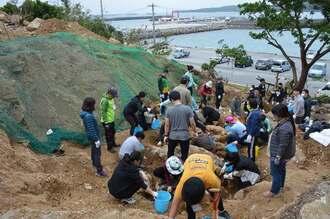 日本、韓国、台湾の若者らが参加して行われた発掘作業=9日午前11時50分、本部町健堅