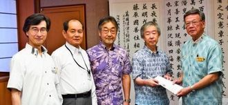 翁長雄志知事(右)に国立自然史博物館の設立提言書を手渡す「日本学術会議」の動物科学分科会の岸本健雄委員長ら=16日、県庁