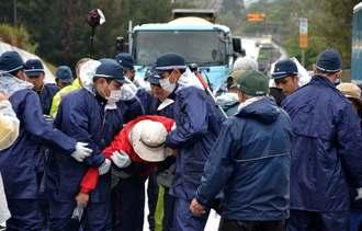 工事車両を基地内に入れるため、抗議の市民らを強制排除する機動隊員ら=名護市辺野古、米軍キャンプ・シュワブゲート前