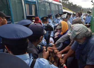 沖縄県警の車両と鉄柵で囲い込まれる市民ら=28日午前7時5分ごろ・名護市辺野古の米軍キャンプ・シュワブゲート前