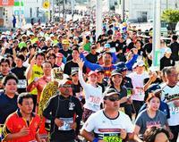 南城路7994人駆ける 濱崎・古賀が初V 尚巴志ハーフマラソン