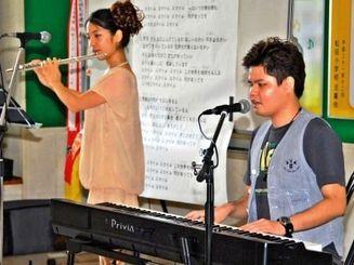 伴奏と歌を披露した大城友弥さん(右)と内田多紀さん=10日、宜野座村・松田小学校