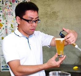 「技術を高め、余計なものをそぎ落としたシンプルなビールを造りたい」と語る宮里幸多工場長=16日、那覇市牧志・アポロブルー