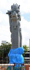 ブルーシートが外され、本体上部を現した龍柱=22日、那覇市若狭