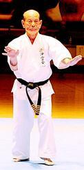 沖縄伝統空手儀式で型を披露する仲程力氏(上地流)