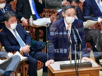 参院予算委で答弁する菅首相=28日午前