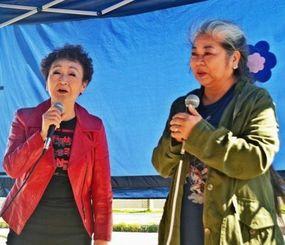 ゲート前で「童神」などを歌う加藤登紀子さん(左)と古謝美佐子さん=29日、名護市辺野古・米軍キャンプ・シュワブゲート前