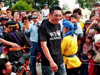 詰め掛けた大勢の宮古島市民やファンの歓迎を受けて、市民球場入りするイチロー選手=2005年2月、宮古島市民球場