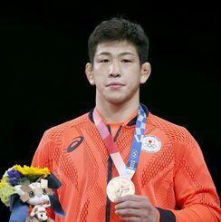 男子グレコローマン77キロ級で3位になり、銅メダルを手にする屋比久翔平=幕張メッセ