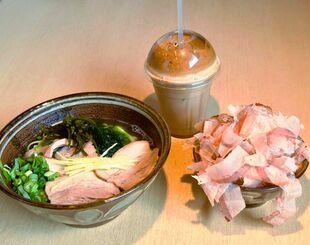 「三枚肉そば」(左)と削りたてのおかかをのせた「おかかご飯」(右)。「アイスカプチーノフラッペ」(奥)は食後におすすめ