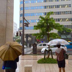 沖縄本島地方は、気圧の谷や湿った空気の影響で大気の状態が非常に不安定となっている=7日午後3時40分、那覇市