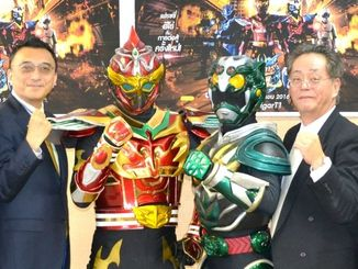 タイのヒーローMIRAIGAR T1(写真左から2人目)と琉神マブヤ-(同3人目)。ヒーローの海外事業展開に意欲を燃やす畠中敏成会長らカレッジフォースの関係者=7日、沖縄県庁